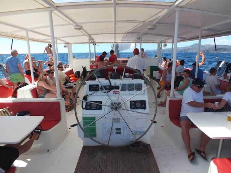 Pasajero disfrutando de la excursión en barco