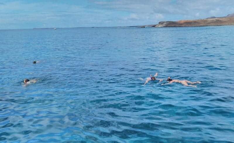 Amigos bañandose en el océano en la excursión en goleta