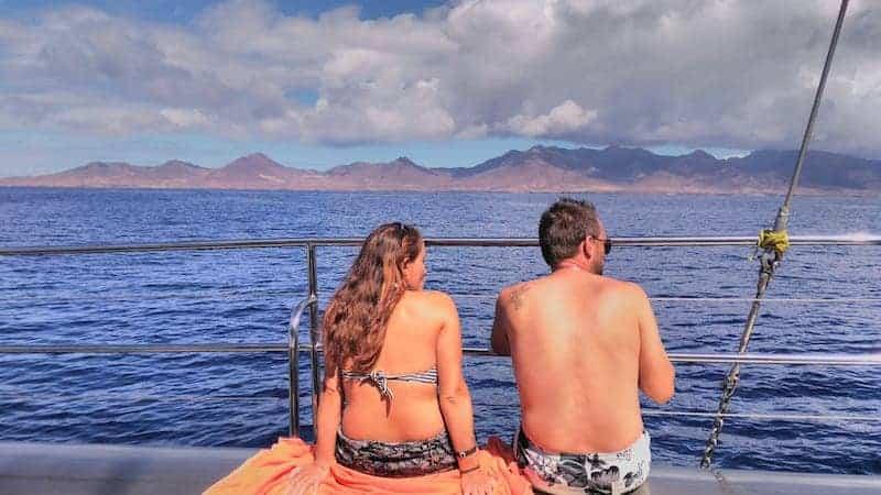 Pareja de excursión en barco en Fuerteventura