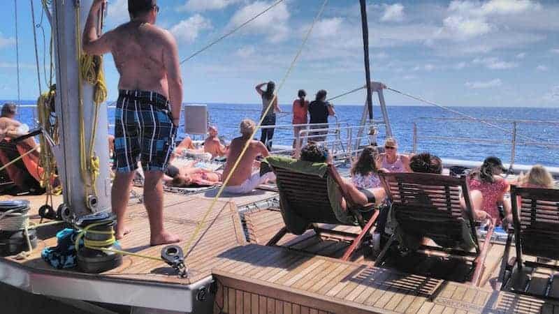 tomar el sol durante la excursión en barco