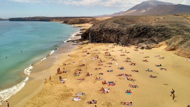 Vista de la Playa de papagayo y su arena rubia