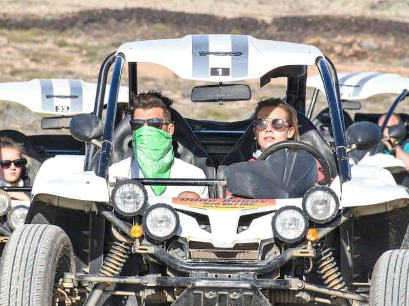 Pareja conduciendo un buggy durante la excursión