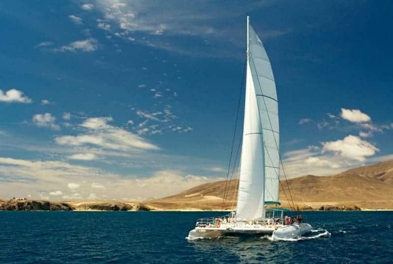 Barco frente a la costa de Lanzarote