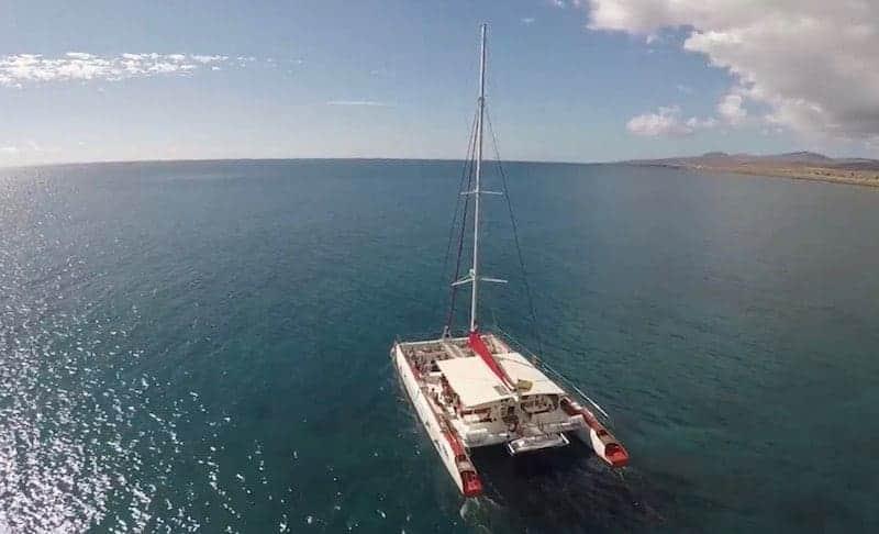 Catamarán navegando por el Atlántico