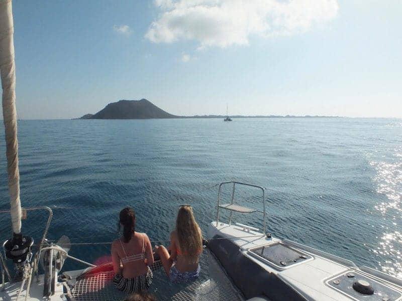 Mädchen auf dem Katamaran, der zur Insel geht