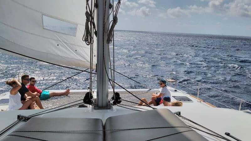 Freunde, die Spaß auf der Bootsfahrt haben