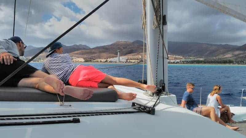 Freunde auf dem Deck des Bootes