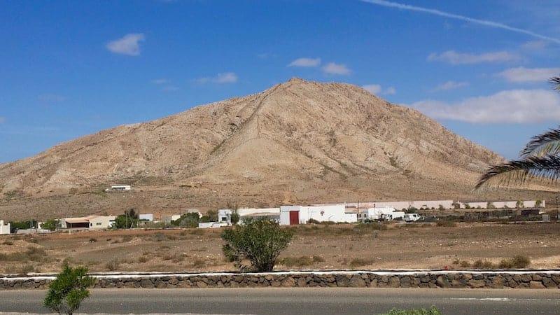 Tindaya Berg und Denkmal zu Unamuno